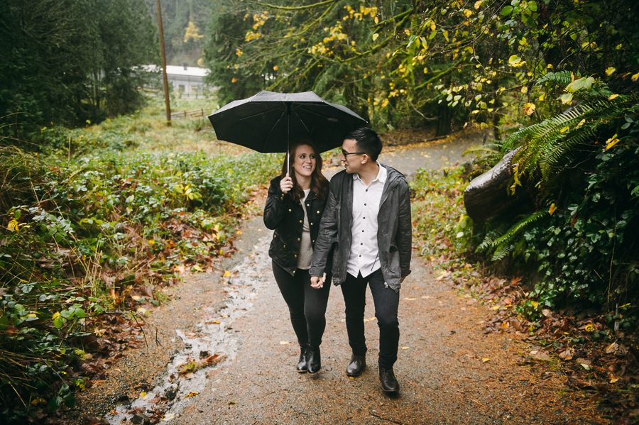snoqualmie-falls-fall-rainy-engagement-session-10