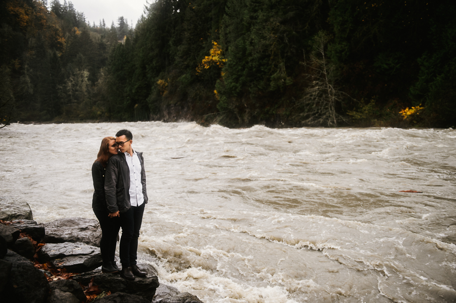 snoqualmie-falls-fall-rainy-engagement-session-6