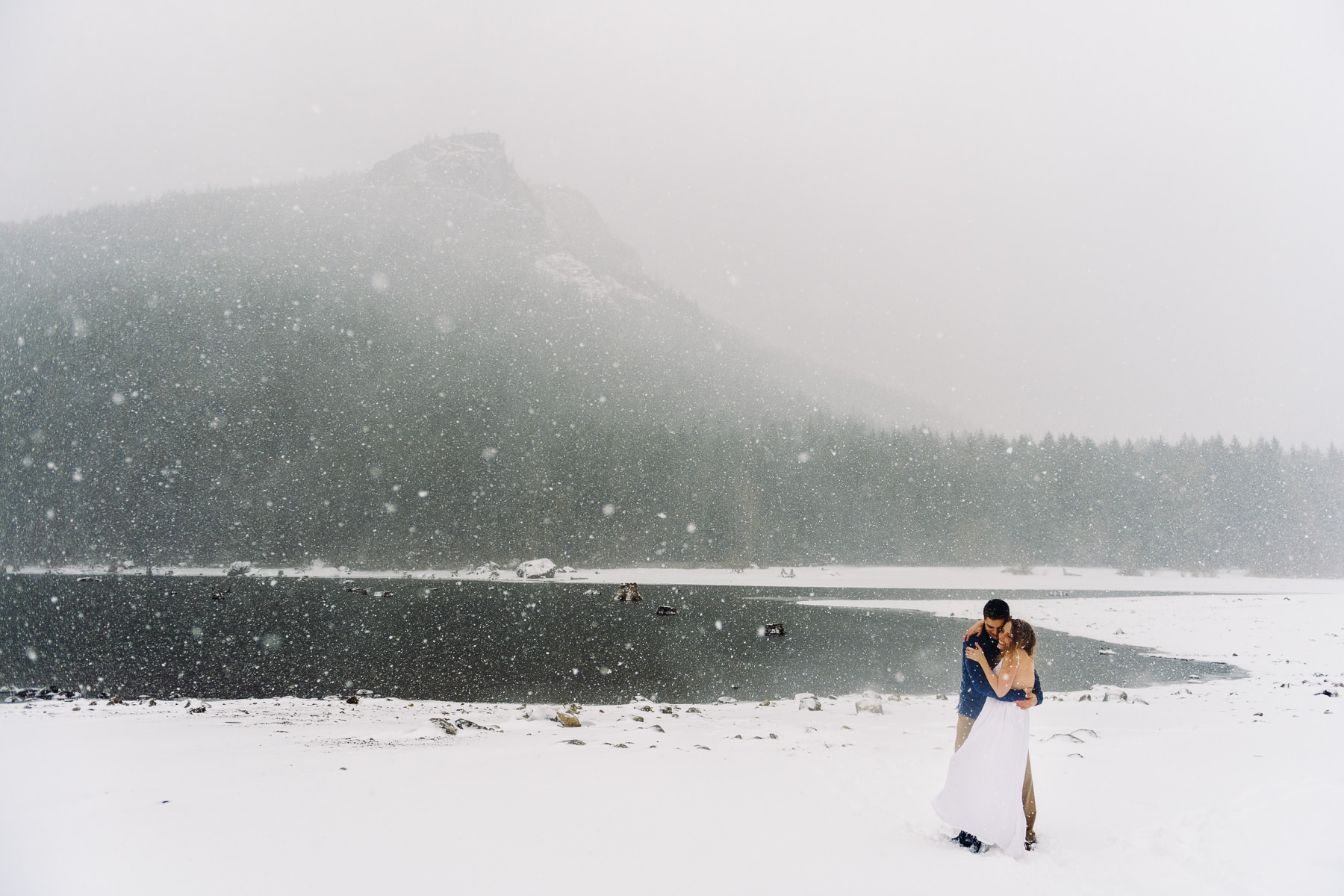 snowy-rattlesnake-ridge-lake-engagagement-session-15