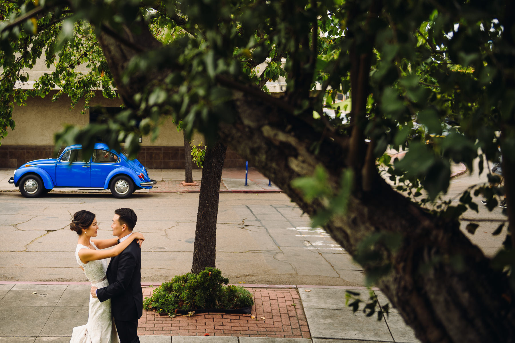 blue volkswagen bug wedding photo
